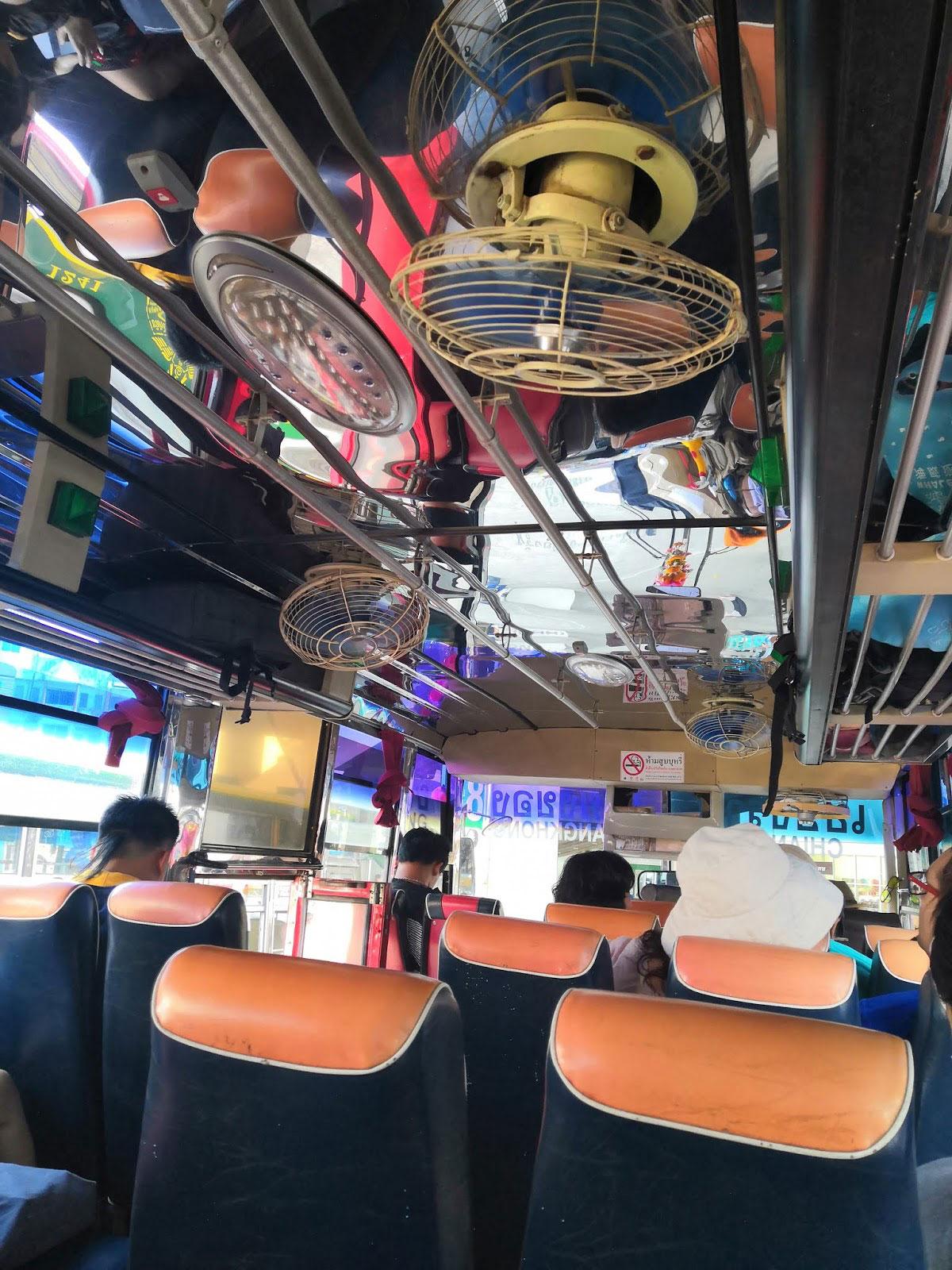 Bus con ventilatori senza aria condizionata in Thailandia