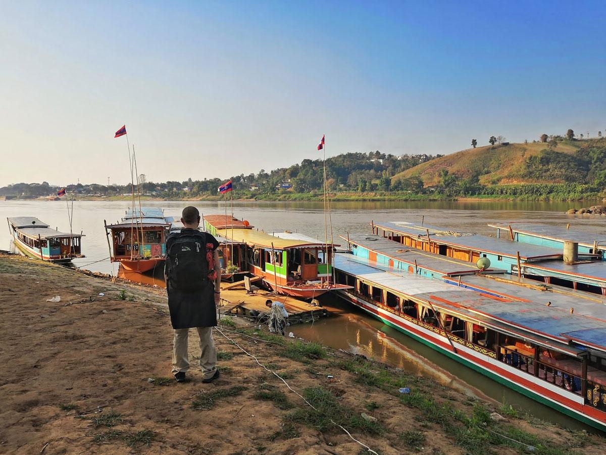 Il viaggio in Laos zaino in spalla parte da qui, dalle barche per la crociera sul Mekong a Huay Xai
