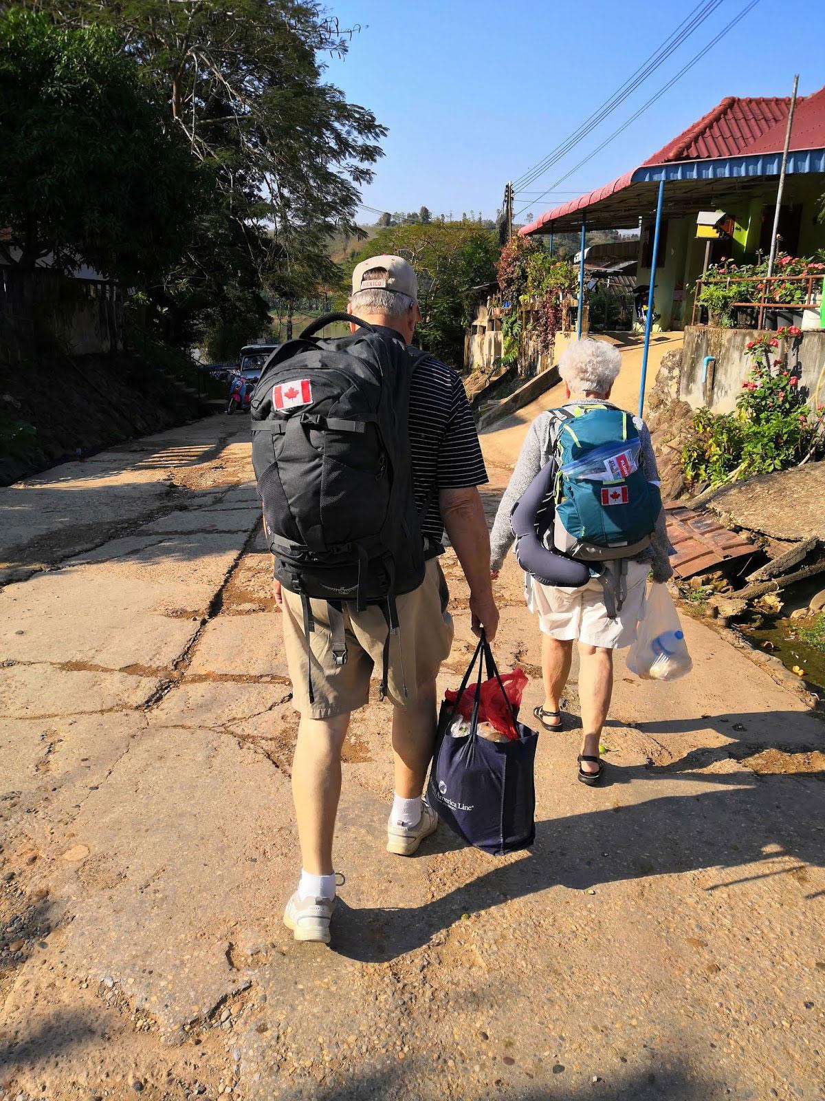 Laos zaino in spalla anche per due viaggiatori anziani canadesi
