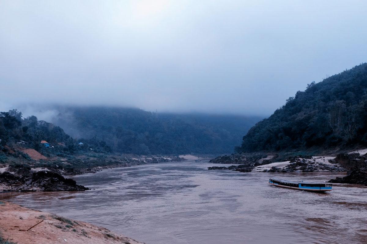 Il viaggio in Laos zaino in spalla riprende da Pakbeng sul fiume Mekong a Packbeng immerso tra le nuvole