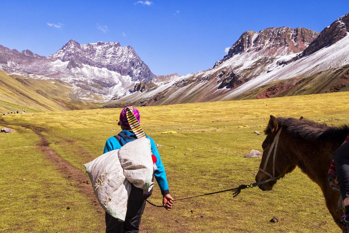 Come raggiungere le montagne arcobaleno in Perù, passando per il ghiacciaio del Vinicunca