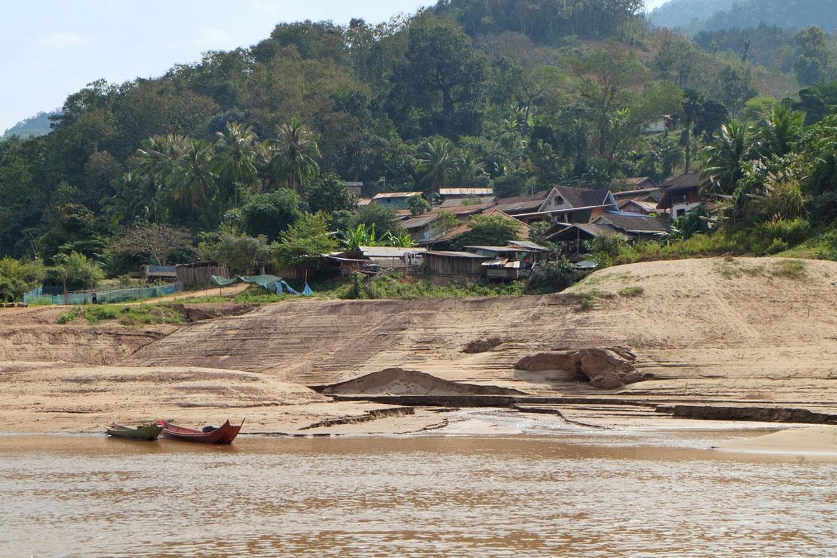Piccoli villaggi sulle sponde del fiume Mekong in Laos