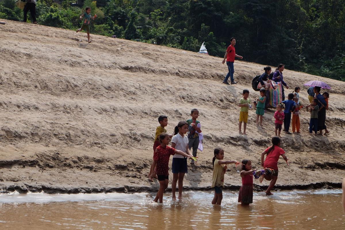 Bambini laotiani lungo le sponde del fiume Mekong