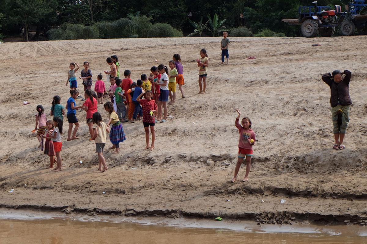 Bambini sulle sponde del fiume Mekong in Laos