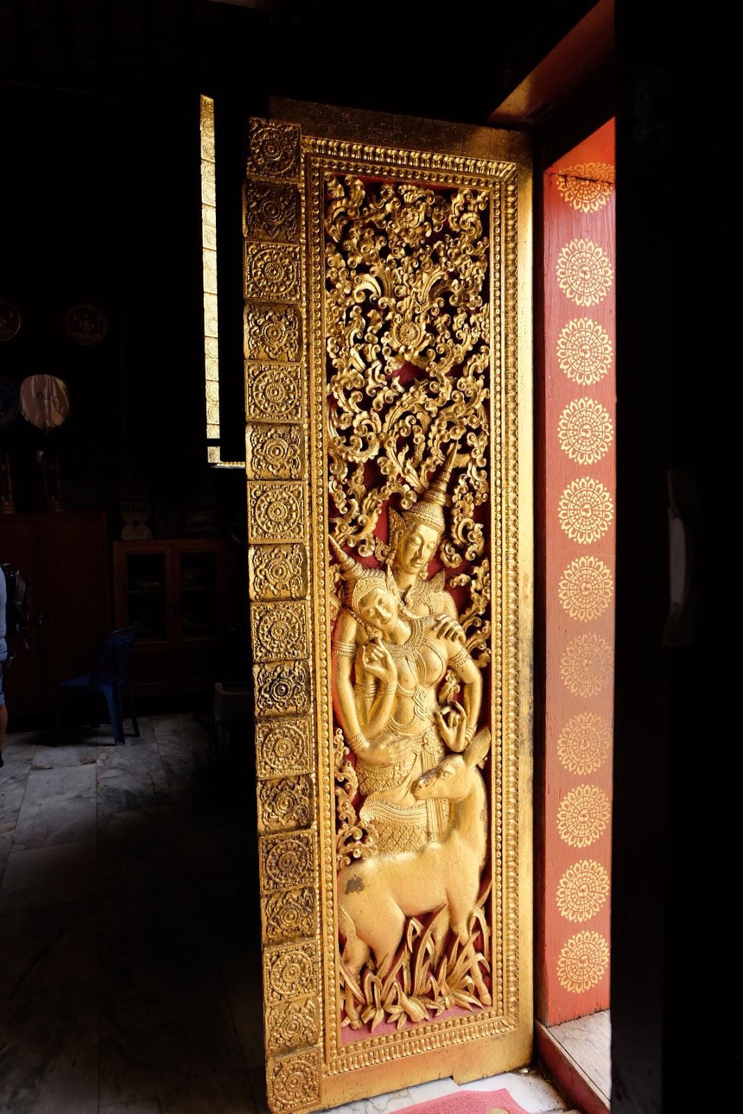 Porta in legno lavorata a mano di un tempio laotiano