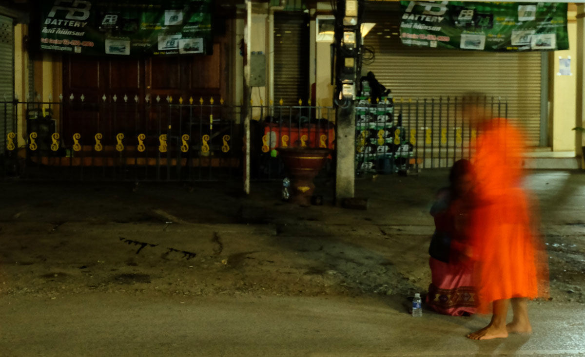 Laos zaino in spalla  è anche una processione monaci per le vie di Luang Prabang all'alba