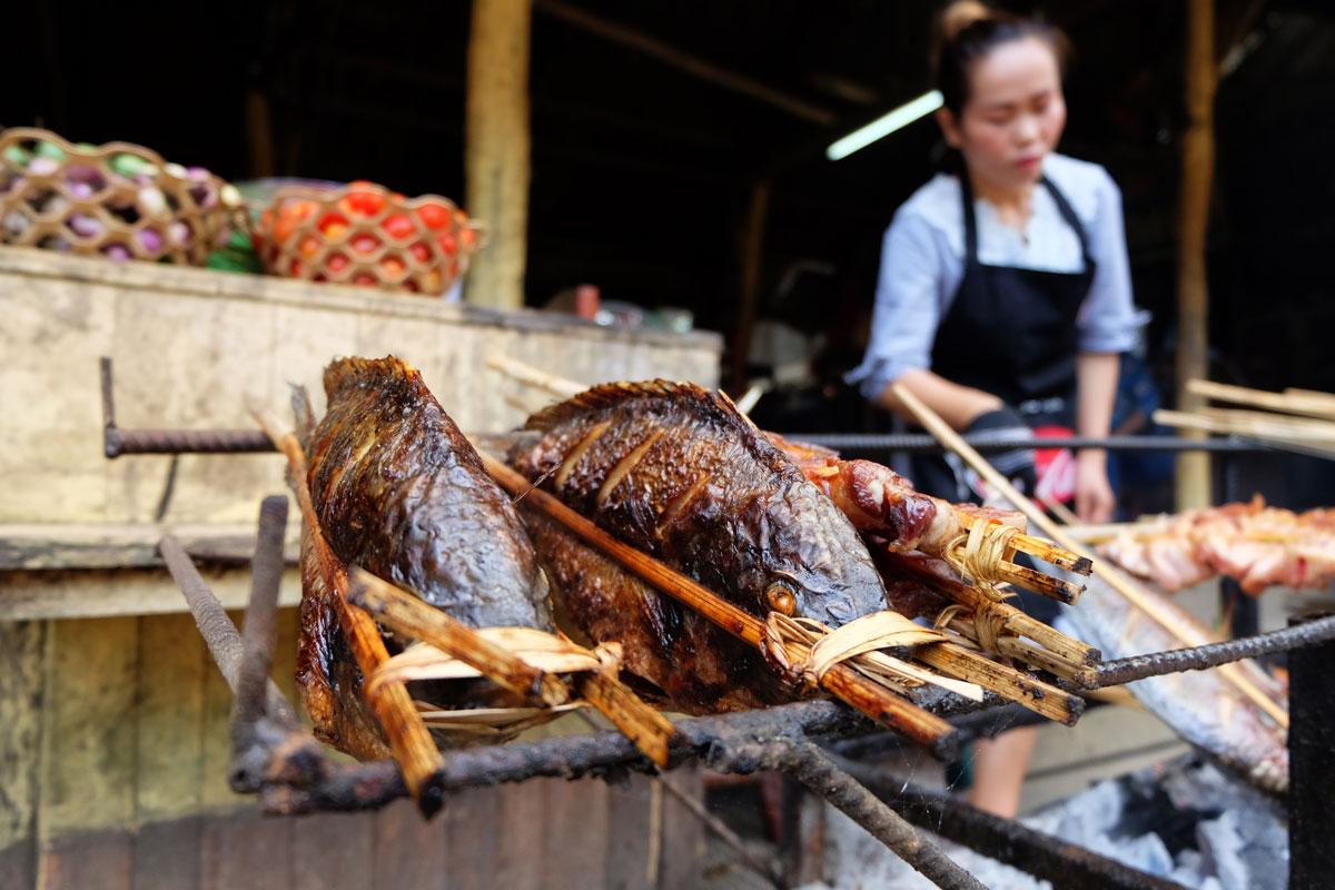 Laos zaino in spalla è anche street food. Qui Pesce arrosto alle cascate di Kuang Si