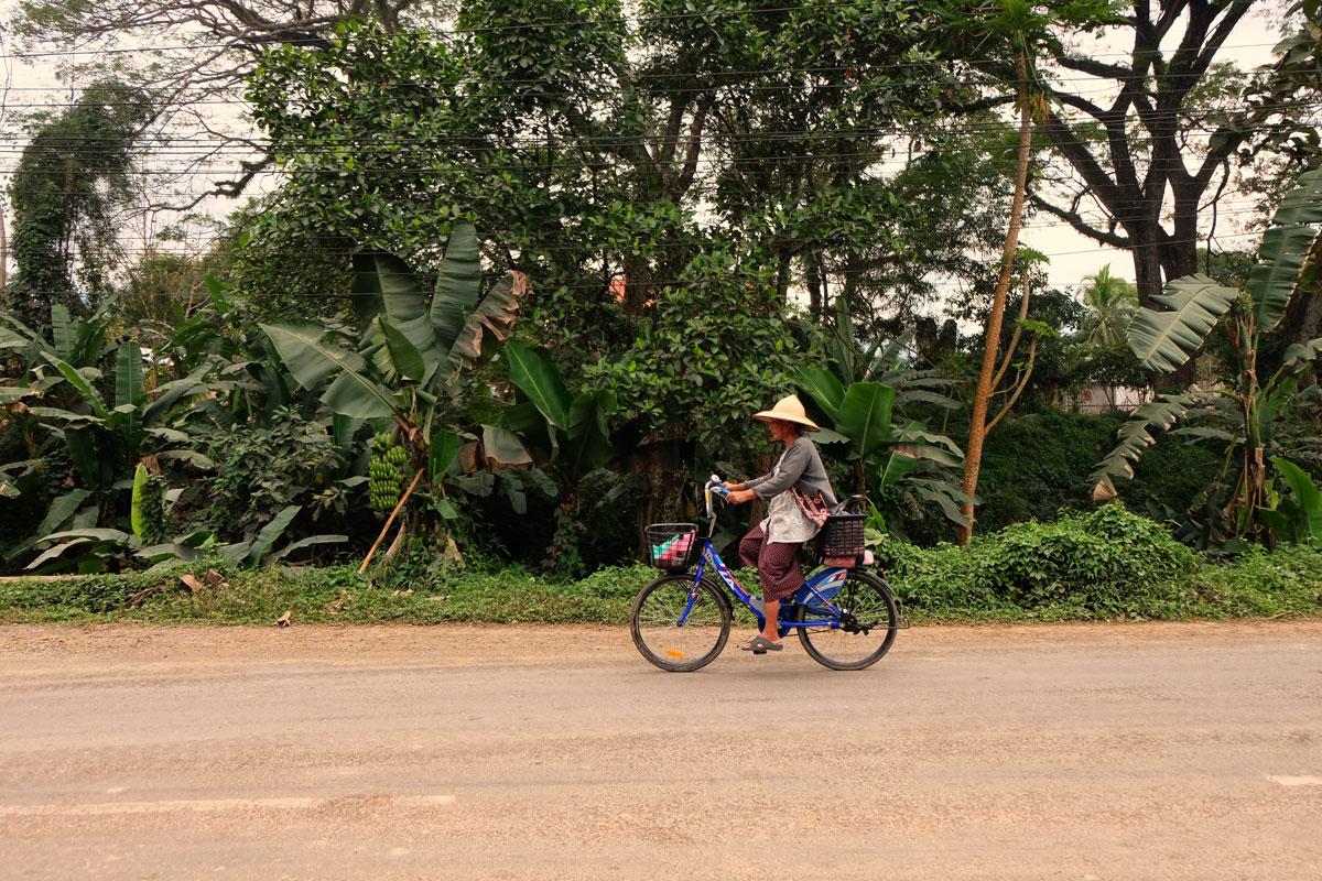 donna in bici Laos