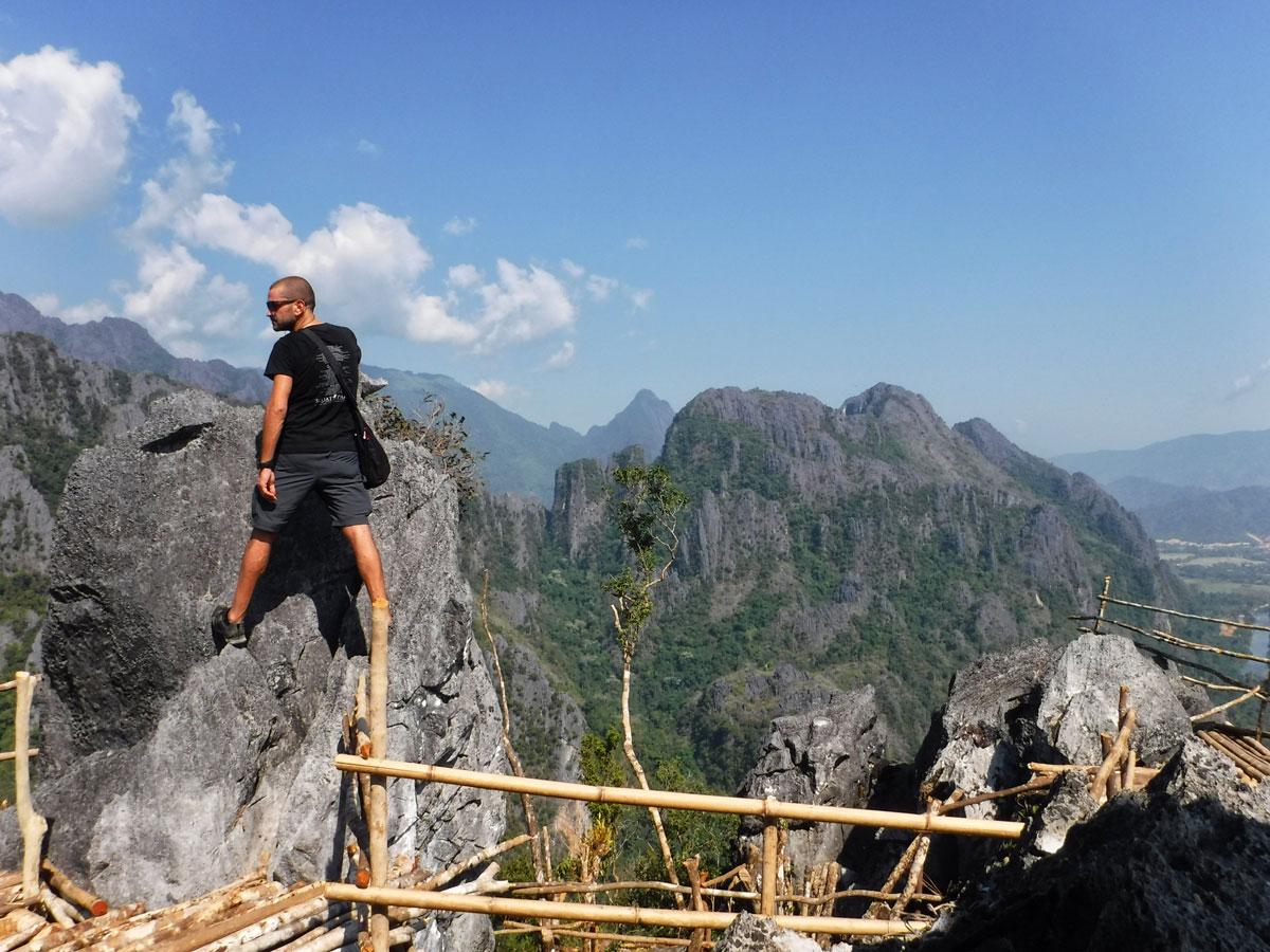 Laos zaino in spalla e belvedere Vang Vieng
