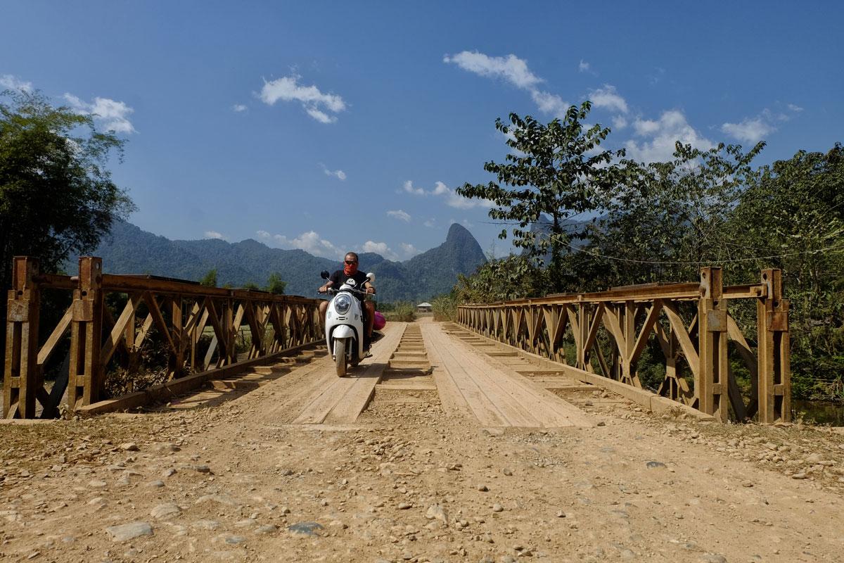 Laos zaino in spalla e scooter per i campi di Vang Vieng