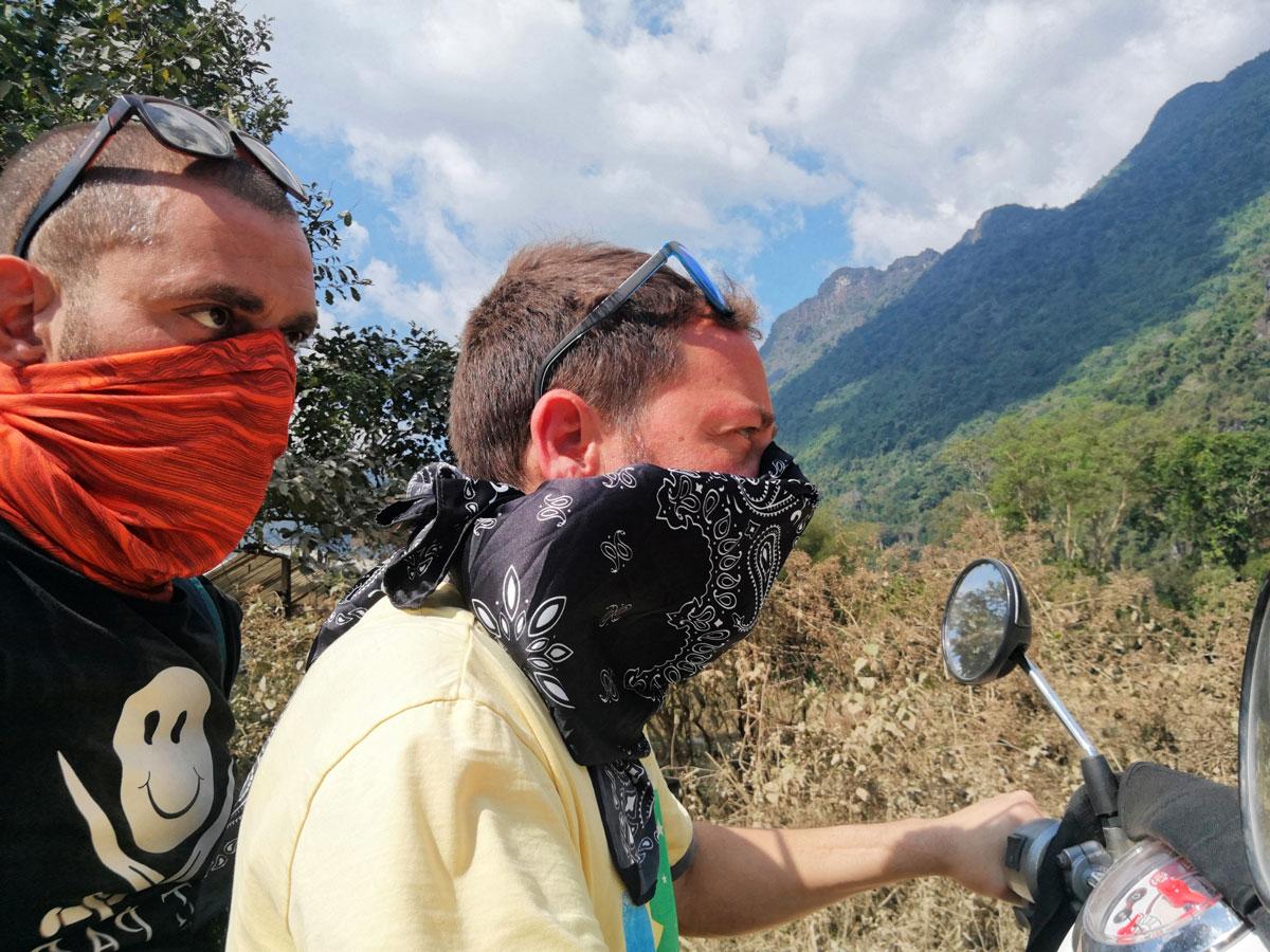 Laos zaino in spalla e scooter