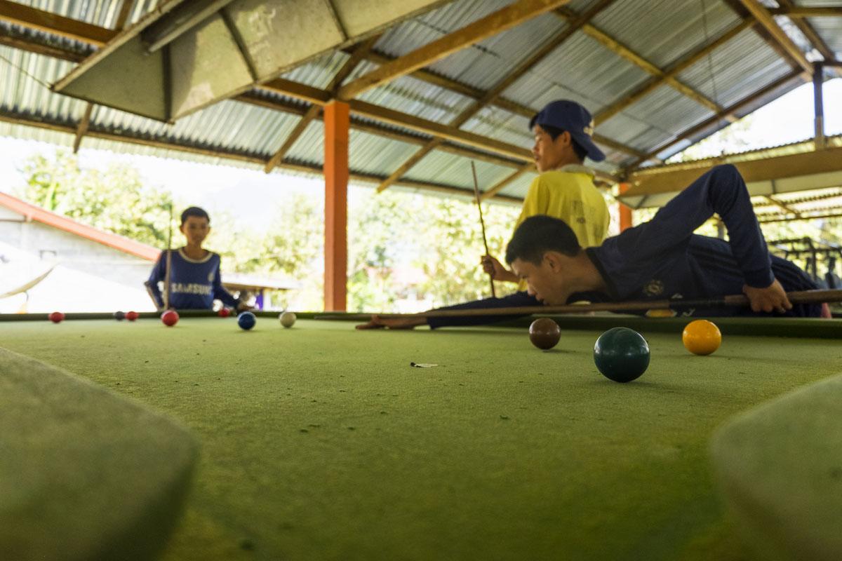 Bambini giocano a biliardo in Laos