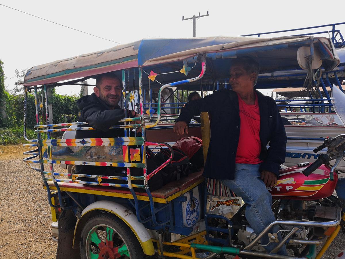 Laos zaino in spalla è anche prendere tanti mezzi diversi: qui su un tuk tuk