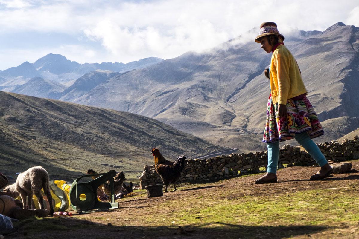 Donna peruviana in abiti tipici