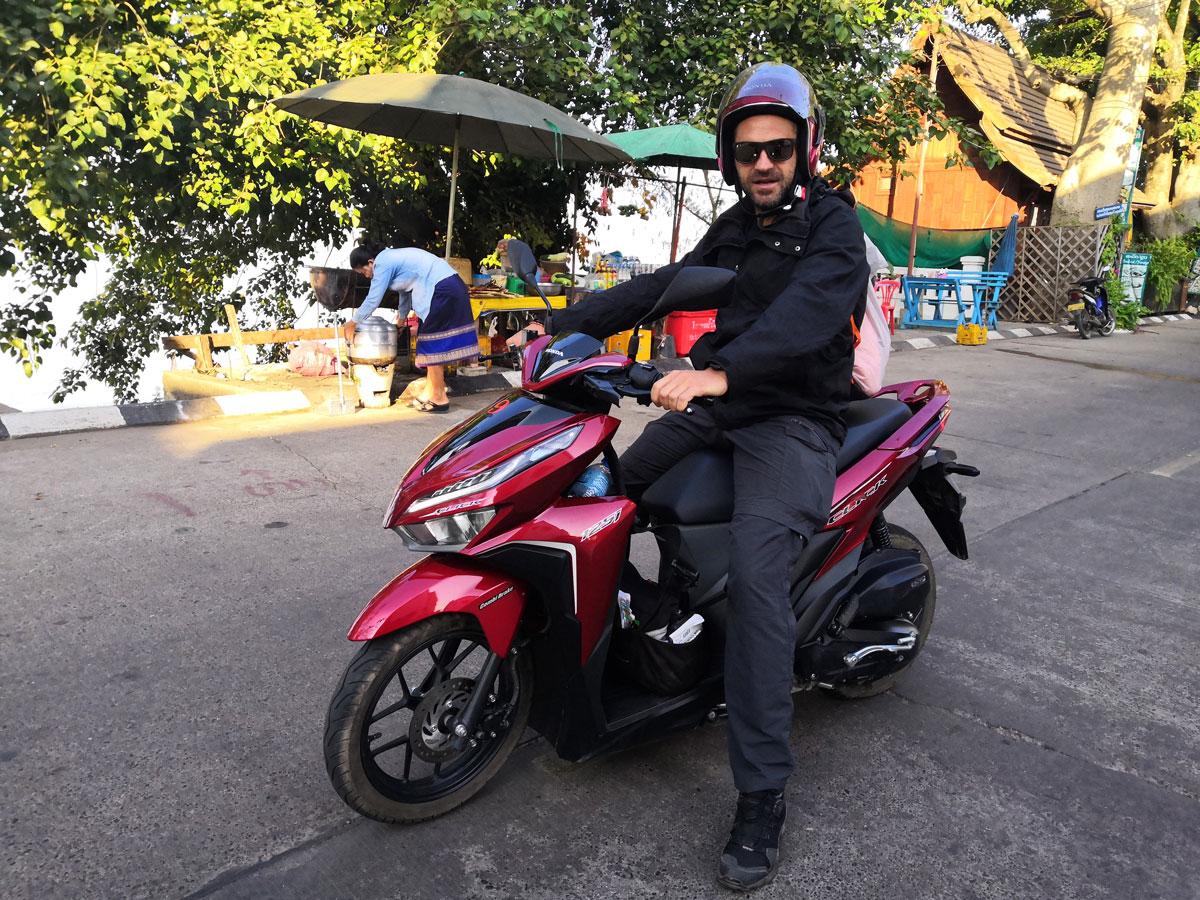 Laos zaino e in spalla e scooter, si parte!