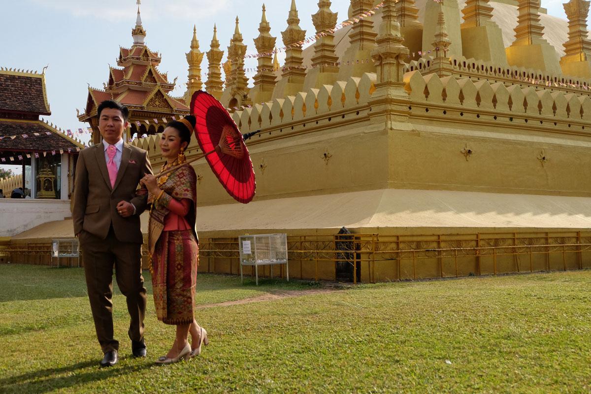 Sposi nel tempio di Pha That Luang Vientiane Laos