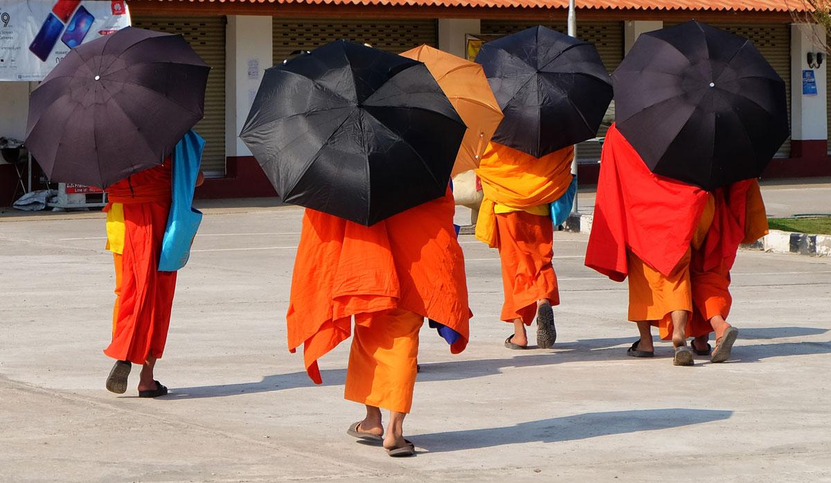Laos zaino in spalla, monaci buddhisti nel tempio a Vientiane