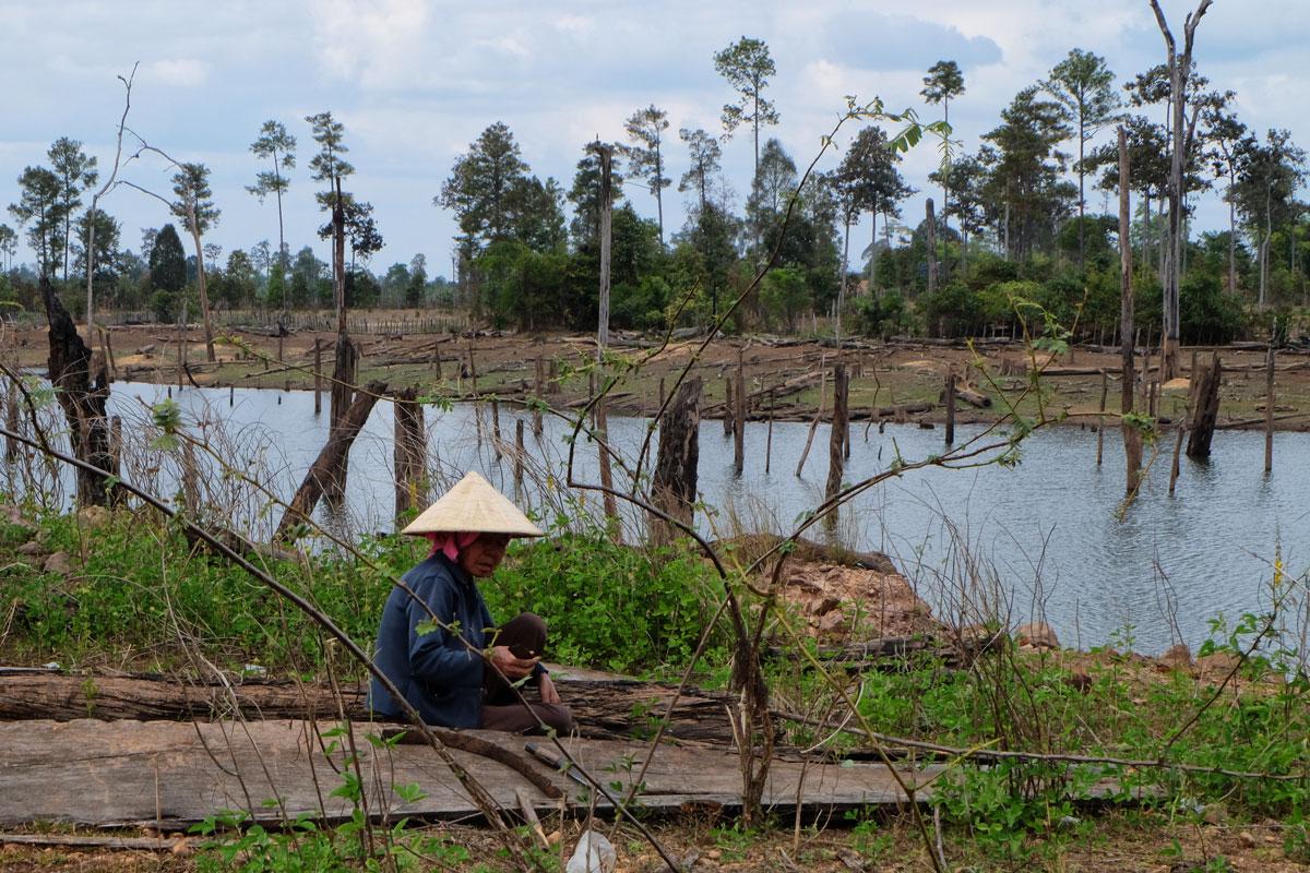 Laos zaino in spalla pescatore nel lago