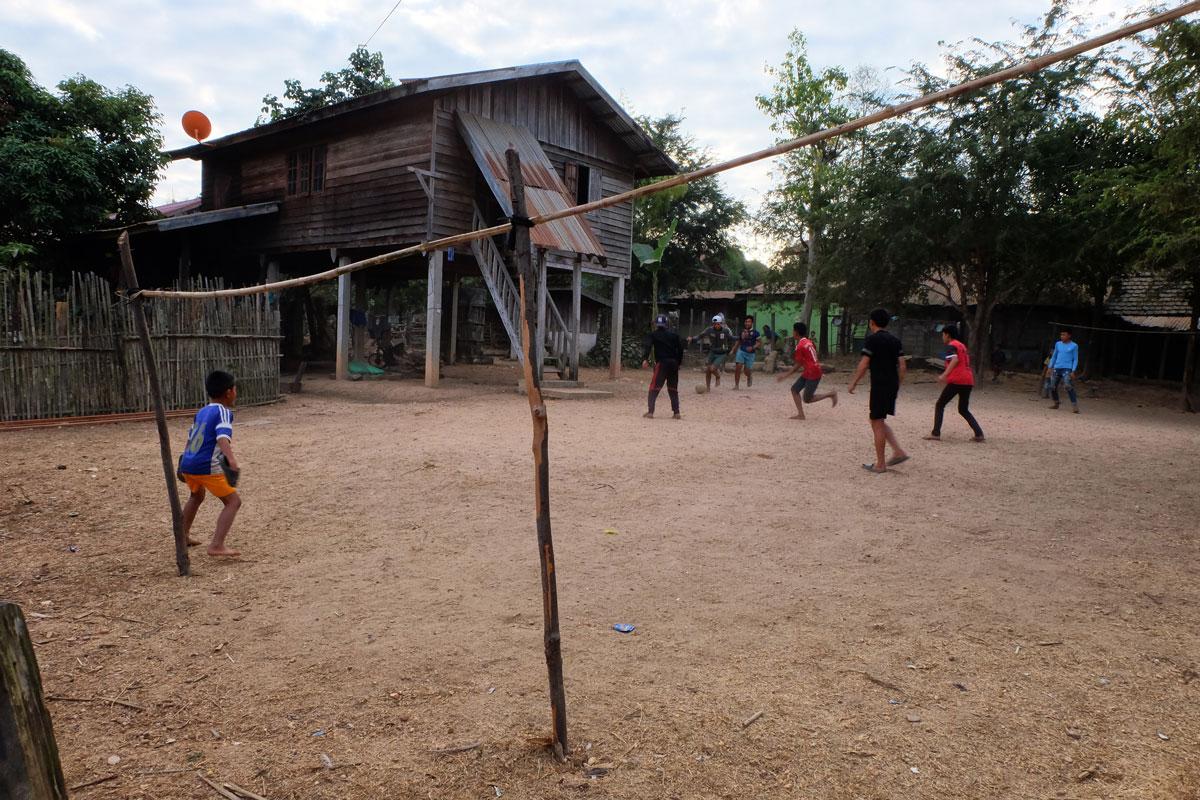 Laos zaino in spalla, incontro con alcuni bambini che giocano a calcio in un campo improvvisato