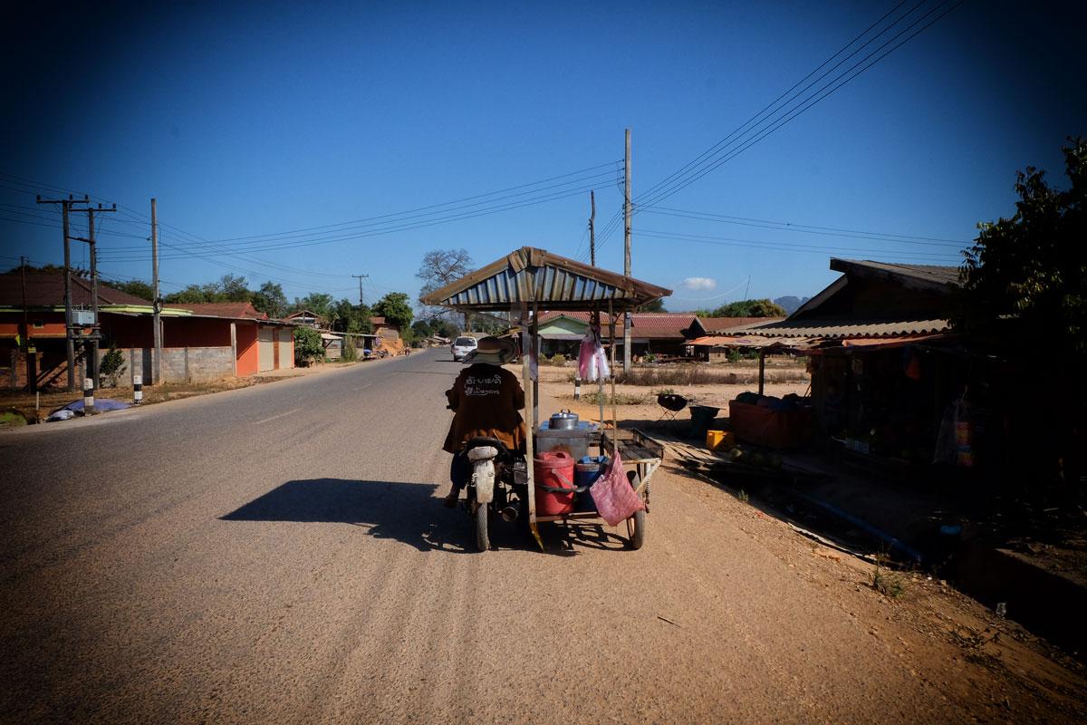 Laos zaino in spalla scooter e moto modificate si incontrano molto spesso