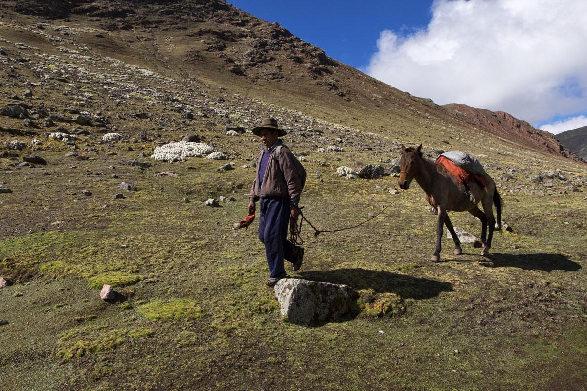 Come raggiungere le montagne arcobaleno in Perù. Una delle possibilità è a cavallo.