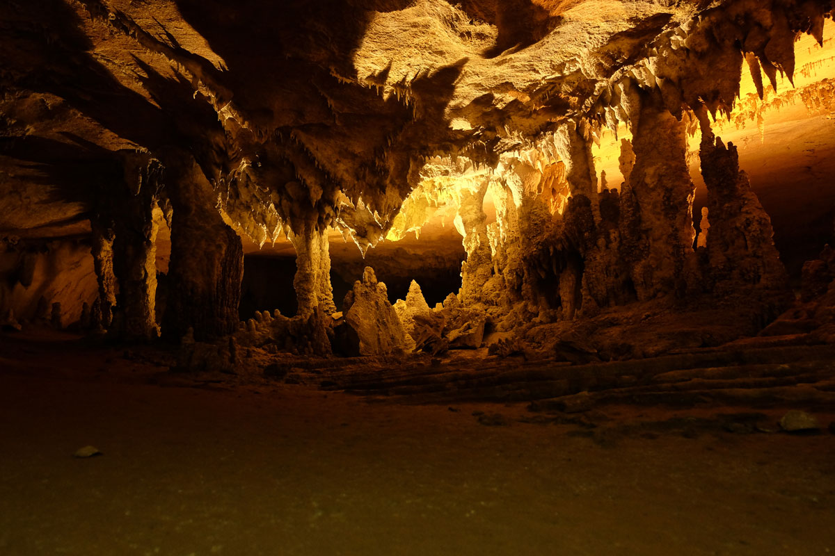 L'interno della grotta di Konglor in Laos