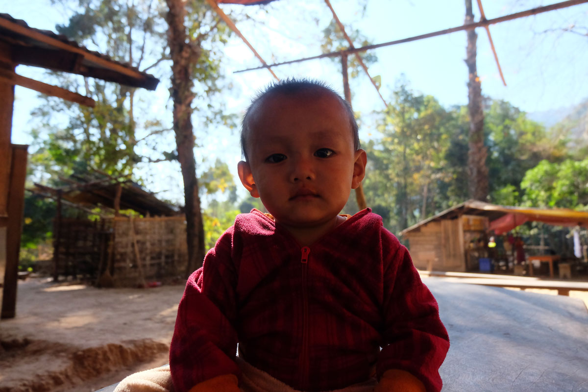 bambino laotiano