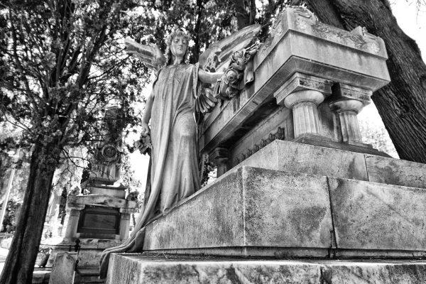 Statua in marmo con altare nel cimitero di Montjuic