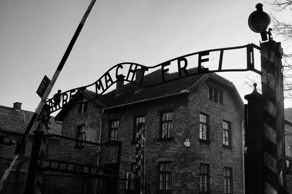 Arbet Macth Frei, la frase tristemente nota campeggia sul cancello di'ingresso ad Auschwitz