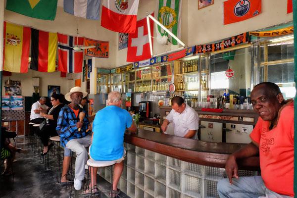Connessione internet a Cuba. Potete farne a meno e vivere le vostre giornate così, come in un Bar tipico nel centro di l'Havana