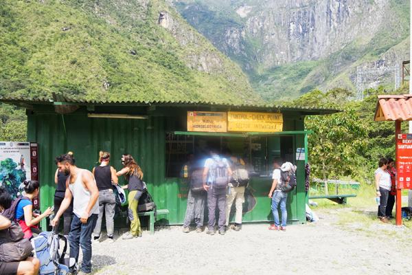 Comearrivare a Machu Picchu, non prima di aver passato il Check-point per il controllo passporti prima di intraprendere il percorso
