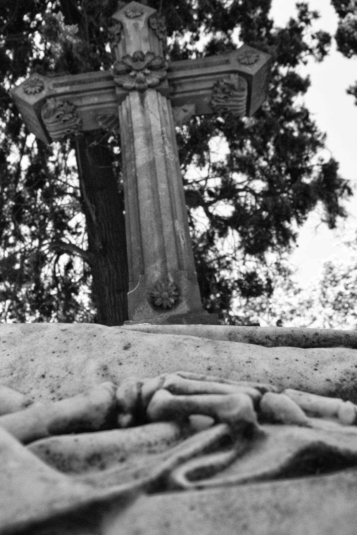 Croce in marmo nel cimitero di Montjuic