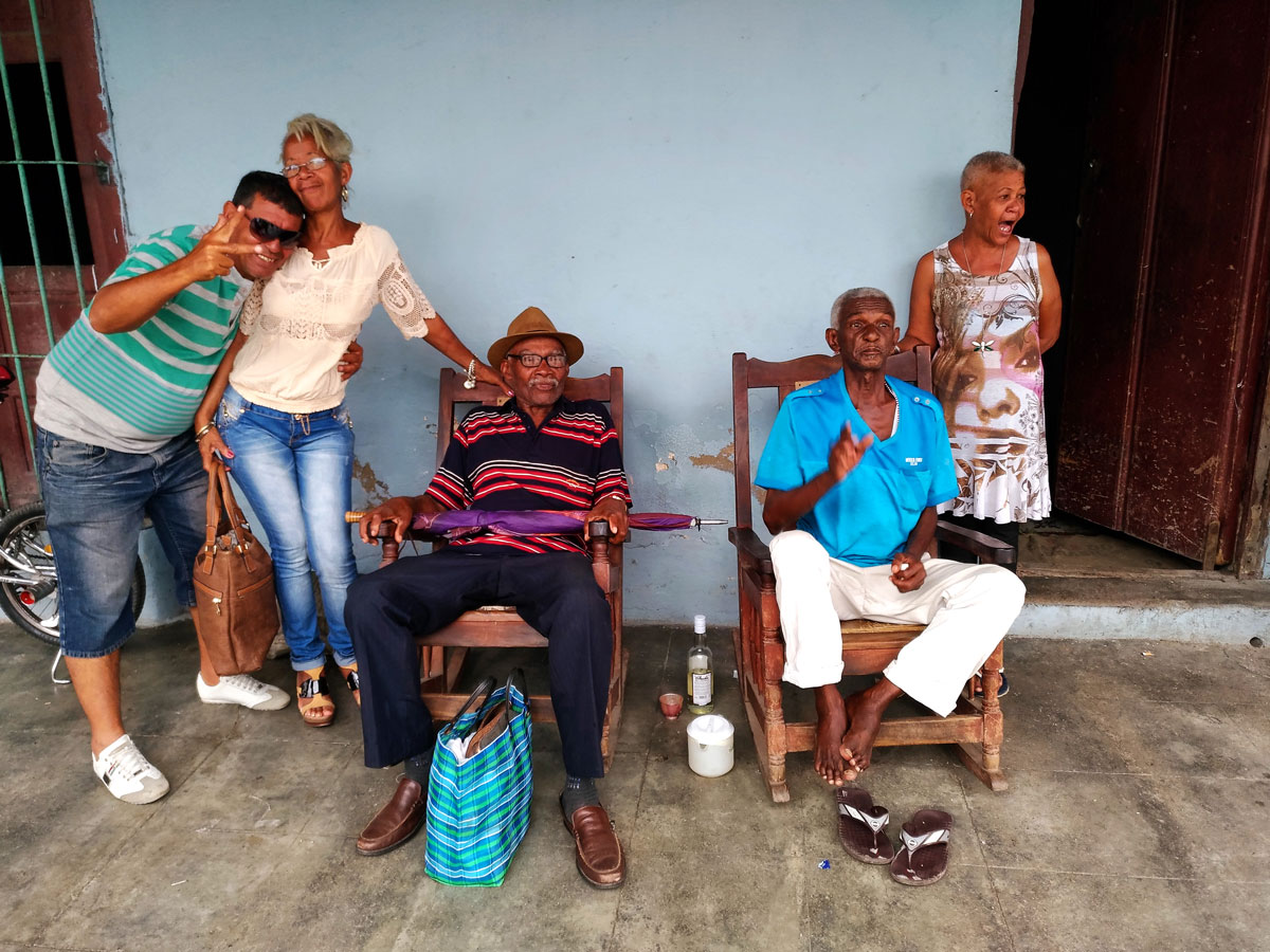 Cubani sotto il patìo della loro casa a  Santiago, conclusione di questo racconti di viaggio a Cuba