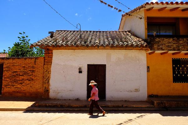 Donna boliviana per le vie di Samaipata in Bolivia