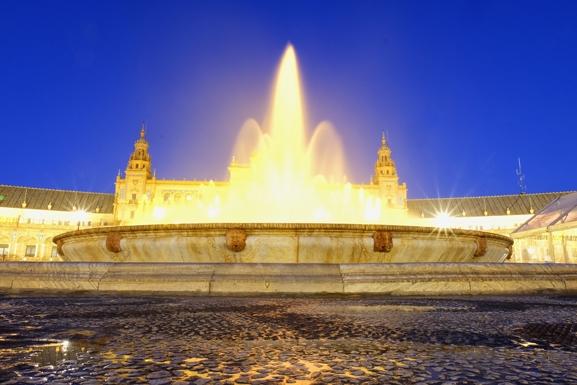 La maestosa fontana in Plaza de Espana