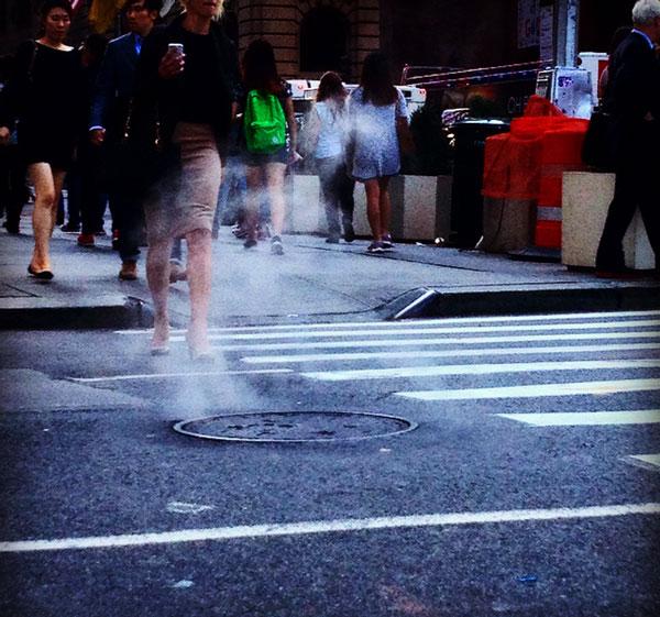 """iconico """"fumo"""" che fuoriesce dai tombini a New York"""