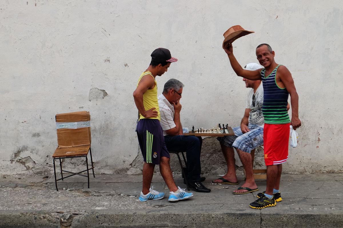 Cubani si sfidano a scacchi per le strade di Santiago de Cuba. Racconti di viaggio a Cuba autentica.