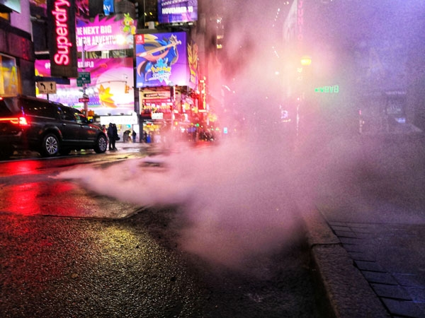 Vapore acqueo fuoriesce dai tombini, come in ogni film che si rispetti su NY