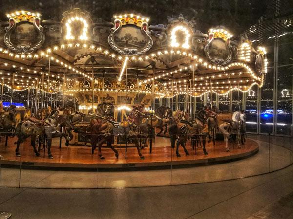 Jane's Carousel, una vera e propria giostra funzionante. Potete ammirarla ( e farci un giro) a Brooklyn, subito sotto il celebre Ponte.