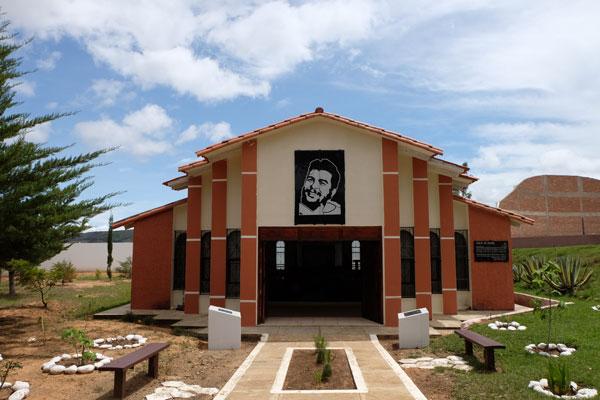 Mausoleo eretto nel lugo di ritrovamento delle spoglie del Che a Vallegrande in Bolivia