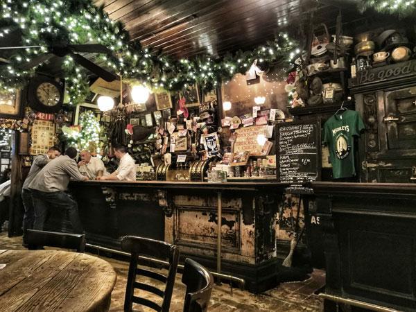 McSorley storico pub di NY, il suo bancone risale al 1854, data della sua apertura.