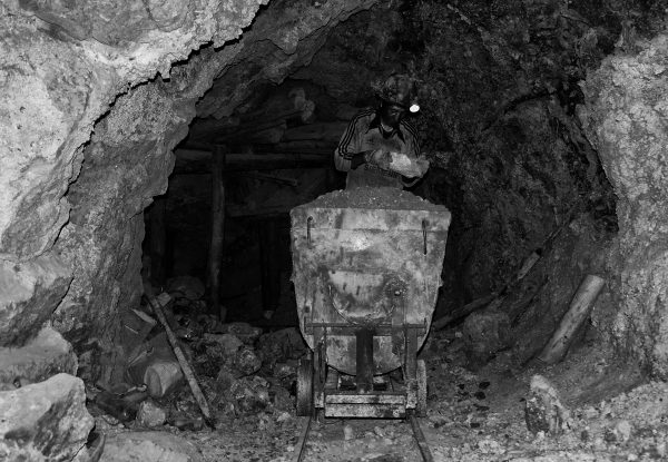 Minatore al lavoro nella miniera di Potosì