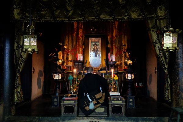 Momento di preghiera in un tempio buddhista in Giappone