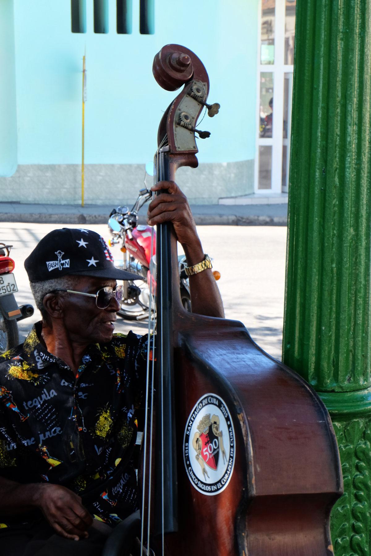 Musicista di strada a Santiago de Cuba