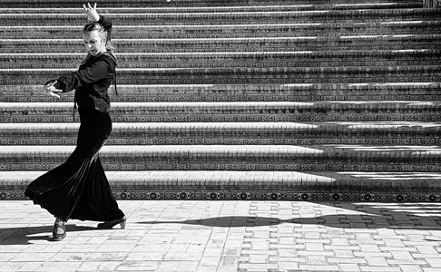 Sinuosamente si muove una ballerina di flamenco in Plaza de Espana a Siviglia