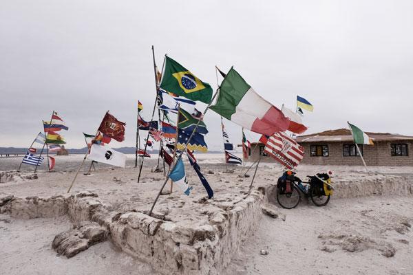 Organizzare un viaggio in Perù e Bolivia, senza perdersi le bandiere da tutte le parti del Mondo che sventolano nel Salar de Uyuni