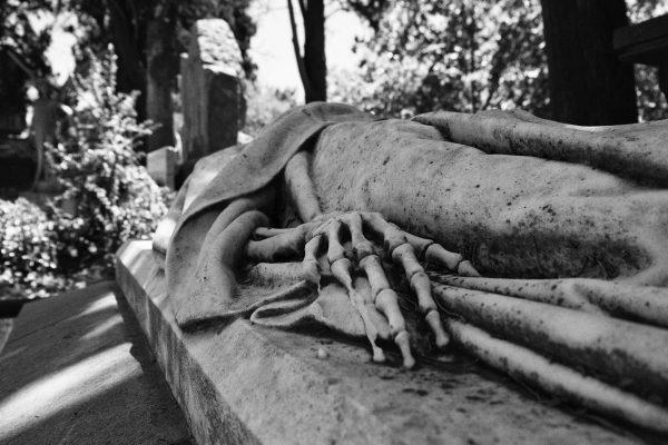 Particolare di una mano di una statua di uno sceletro nel cimitero di Montjuic