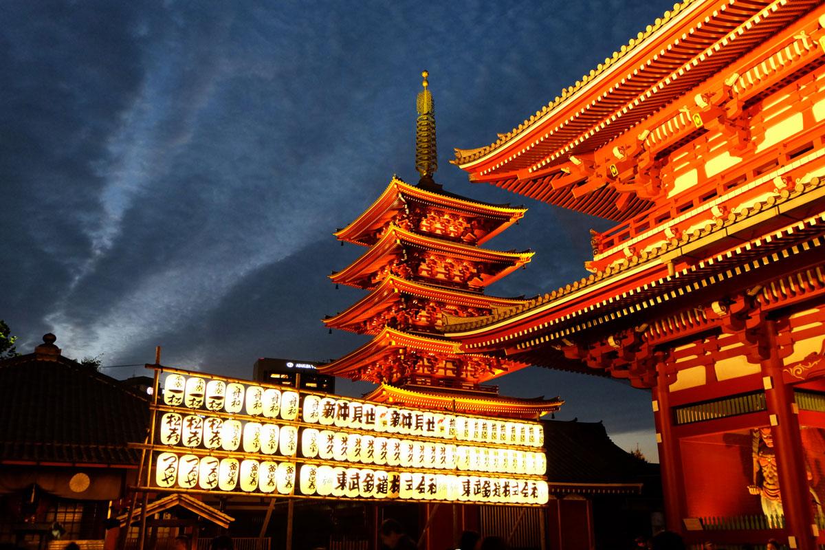Il Sensōji è un tempio buddista situato nel quartiere di Asakusa a Tokyo, in Giappone, ed è uno dei templi più visitati della città.