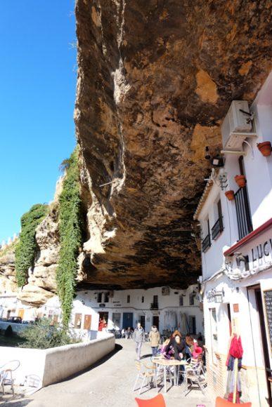 """Setenil de las Bodegas, il paese """"inghiottito"""" dalla roccia"""