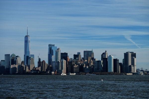 Meraviglioso skyline di New York dall'isola della Statua della Libertà
